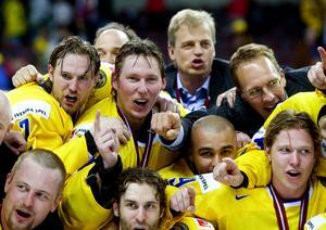 Niklas Kronwall, Johan Holmqvist, Stefan Liv, Bengt-Åke Gustafsson, Mattias Timander och Nicklas Bäckström jublar efter 4–0 mot Tjeckien i VM-finalen där Honken höll nollan. Bild: Bildbyrån.