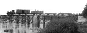 Det här är bilden på det första tåg som passerade järnvägsbron över Ljusnan i Sveg 1909.