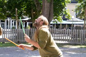 Simon Laakso från Gycklargillet Uthopia visar upp för barnen hur man gör.