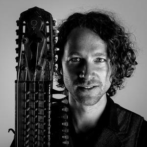 Erik Rydvall är inte rädd för att experimentera med nyckelharpan och håller till exempel precis på att lära sig spela jazz. Han tillhör även ett band som har turnerat med popartisten Tomas Ledin. Foto: Pressbild/Elias Gammelgård