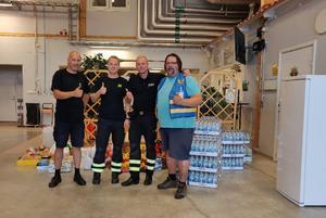 Glada brandmän tog emot och tackade. Bild: privat