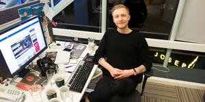 """VLT:s nöjesredaktör William Holm nominerades till journalistpriset Guldkrattan. Men där han se sig slagen av Magnus Ihreskog på Gotlands Tidningar. """"Det hade så klart varit roligt att vinna, en ära, men jag är glad att jag var nominerad"""", säger han."""