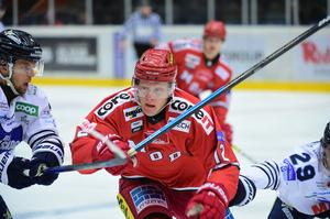 Fredrik Olofsson i ett möte med BIK Karlskoga tidigare under säsongen.
