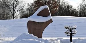 Namnen på de som omkom på Estonia från länet finns som inskriptioner i monumentet.