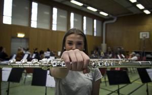 Irma Appelgren med delar av den nyligen omstartade orkestern GUSO i bakgrunden.