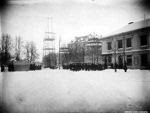Här ses en bild av uppförandet av fundamentet till Karl XIV Johan-statyn. Det var tidigt år 1919, och på Järntorget låg snön djup. Foto: Örebro stadsarkiv/Eric Sjöqvist