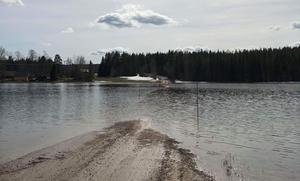 Bild: Privat. Vägen vid Ängomsbodarna är helt översvämmad.