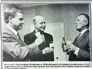 ÖA 4 mars 1969. Med en skål i Örnöl bekräftades försäljningen av Själevadsbryggeriet. De tre bryggeriledarna är från vänster civilingenjör Bengt Agerberg, Östersund, direktör Gösta Valentin, Sundsvall och direktör Sven Hörnblad, Själevad.