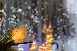 Resultatet av att armaturer måste slängas när led-lampan i dem går sönder, är högre utgifter för konsumenterna och större klimatpåverkan, skriver insändaren. Foto: Pixabay.com.