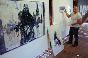 Jonas Pettersson har själv hängt Tomas Colbengtsons verk i Langsbo konsthall, eftersom konstnären inte har möjlighet att komma.
