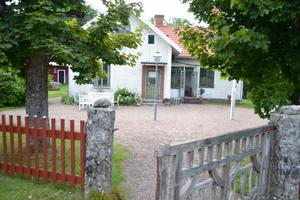 Det gamla skolhuset vid kapellet fungerar som kafé på fredag och lördag.