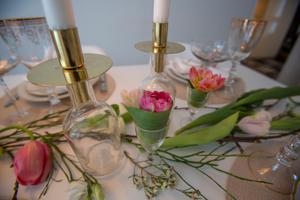 På bordsskivan har hon lagt franska tulpaner och blåbärsris. Som en löpare av naturen.