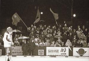 Starkt stöd på läktaren. 1987 spelades en VM-match i Köping och Sovjet mötte Norge i en betydelselös match. Ändå kom det 1 743 åskådare till Krillan och Sovjet vann med 8-4. 48 sovjeter från Moskva och Krasna Jarsk i Sibirien följde matchen från läktaren. Foto: Ulf Johansson.