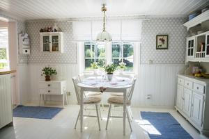 De vita ytorna tillsammans med rejäla fönster ger mycket ljus.