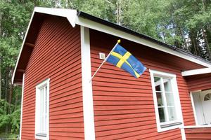 När gästerna kommer till Hade skola möts de av den svenska flaggan och Falu rödfärg, precis som det ska vara.