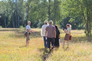 Bild: Erica Lintrup Naturguiden Bengt Oldhammer guidar genom Alderängarna.