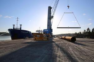 Fartyg lossar i Södertälje hamn.