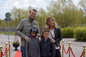 Angelica Lagergren och Nicklas Johansson med Ivar och Lucas. Foto: David Söder
