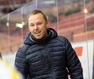 Mikael Karlberg manar på sitt J20-lag – som flyger fram i den norra Superelitserien.