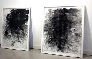 Bengt Svensson målar med tunt fint kolpulver.
