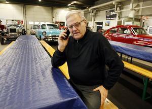Curt bland sina veteranbilar och den ständigt ringande telefonen.