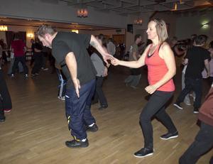 Anders Nilsson från Delsbo och Ingrid Wallin från Färila provar på det de lärt sig ute på dansgolvet.