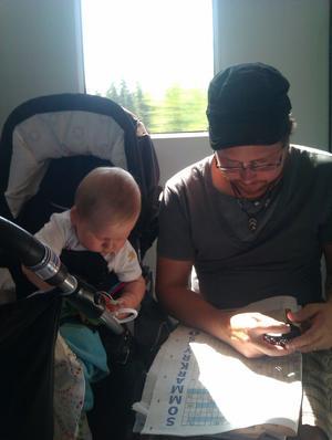 Pappa och son fördriver tiden på resan till Stockholm där vår son Movitz har spenderat sin allra första semester tillsammans med oss! Men se, är det inte VLTs sommarkryss som skymtar där?