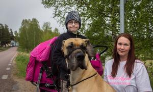 Nevyn, 9år, hunden Doris och mamma Therese.