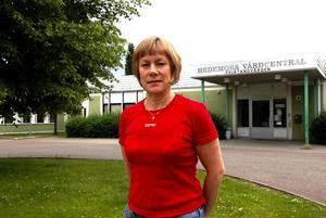 Semestrar. Sommaren innebär semester för de flesta svenskar. Så även för vårdcentralens personal. Öppettiderna är inte förändrade - inte heller den akuta sjukvården. Däremot bokas inga årskontroller och provtagningar med olika intervaller in under sommaren förklarar verksamhetschef Marita Albinsson.