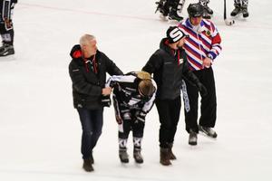 Sara Nygårds får hjälp av isen efter smällen.