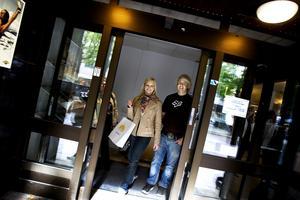 GLITTER OCH PENGAR. Lina Langegren och Martin Heberg, 19 år, från Borlänge sökte jobb i Gävle i går. Vintersportorterna i svenska och norska fjällen erbjuder genom arbetsförmedlingarna i Gävle, Sundsvall och Hade 5 000 jobb. Jobb de säljer in med följande arbetsplatsbeskrivning: äventyr, glitter, sol, kul och pengar.