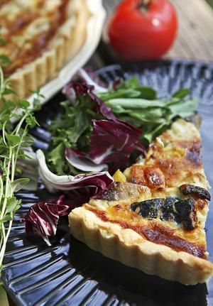 Kyckling och grönsakspaj passar alltid. Bjuds med blandade blad och salladsgrönsaker.