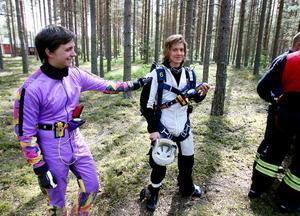 Hopparkompisen Samuel Karlsson klappar om Erik Skyttberg efter det dramatiska hoppet.