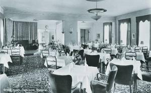 Matsalen i Östersunds Grand hotel. Den bytte skepnad några gånger och den här bilden bör vara tagen ungefär vid mitten av 1900-talet.