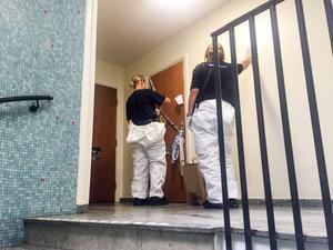 Polisens tekniker arbetade under dagen i den mordmisstänkte 30-åringens lägenhet.