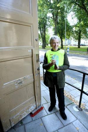 UTDELNING. Madeleine Boll delade ut valsedlar för Partipolitiskt obundna i Svenska kyrkan.