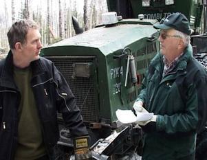 Lars-Åke Larsson och Kurt Rodhe diskuterar gallringen i eko- parken.