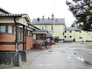 En gammal skolbyggnad, till vänster på bilden, ska rivas och ge plats för utveckling av skolgården.