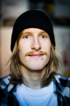 Anders Åström spelar gitarr