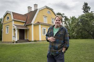 Staffan Braw är en av de nominerade till Årets Vardagshjälte. Här utanför Björnöborg som kommer att rustas utvändigt tack vare ett välgörenhetsprojekt där Öbergs Färg ingår.