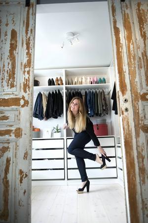Bakom de gamla spegeldörrarna finns parets gemensamma walk-in-closet. Där står Marias högklackade skor på rad, kläderna hänger prydligt och var sak har sin plats