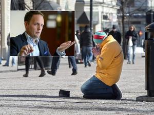 Sundsvalls oppositionsråd Jörgen Berglund vill förbjuda organiserat tiggeri. Samtidigt kräver han att regeringen sätter press på EU-migranternas hemländer.