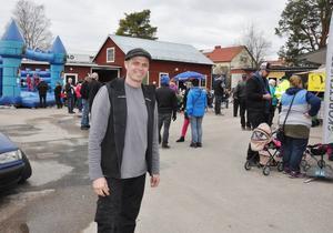 Roger Mattssons bakgård var full av besökare när RMA kombinerade en vårvisning med invigning.