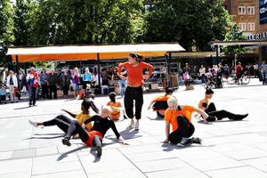 Många kom för att titta på när danssommarjobbarna framförde dansnumret Första dagen i resten av ditt liv.
