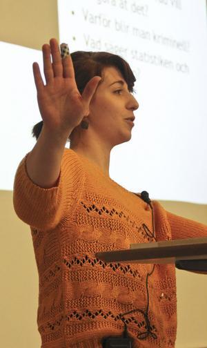 Maria-Pia från Expo föreläste om rasism inför elever på Staffangymnasiet.