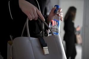 Kvinnan snattade två flaskor vodka på Systembolaget i Eksjö. Efter att hon knuffats på utvägen tryckte personalen på överfallslarmet.