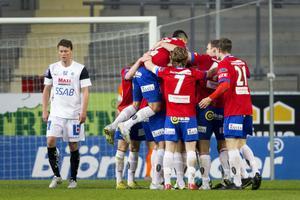 Niklas Sandberg deppar och jublande Örgrytespelare firar lagets första mål i Superettan. Ett mål som räckte till seger mot Brage i måndagskvällens match på Gamla Ullevi.