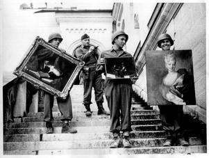 Amerikanska soldater tar hand om stulen konst från slottet Neuschwanstein, där bland annat konst som stulit från franska judar hade gömts. Foto: National Archives and Records Administration, Washington.