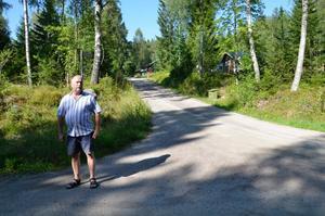 Anders Nilsson bor precis vid Leken och upplever bilkaoset där varje sommar.