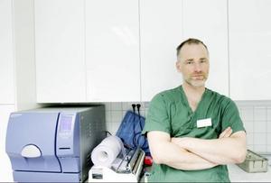 """Johan Bromée driver en djurklinik på Frösön. Han berättar att han träffar på några fall av hundar som drabbats av svalgbromsens              äggläggning varje sommar. """"Det hela är väldigt besvärande för hundarna"""", säger han. Infällt i bilden en faksimil från LT den 23 juli där vi berättade om kormflugan, en parasit som kan göra människor blinda. Foto: Henrik Flygare"""